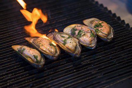 Grilled clams with paprika butter